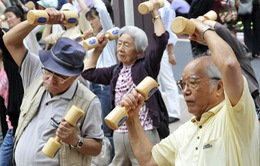 Hàng trăm cụ già tham gia phong trào người cao tuổi tập thể dục ở Tokyo, Nhật Bản