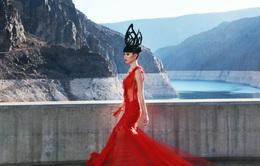 Jessica Minh Anh gây choáng ngợp với sàn diễn không tưởng trên đập thủy điện