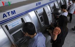 ATM, phòng giao dịch ngân hàng vẫn quá tải ngày cận Tết
