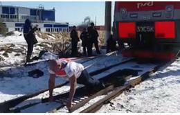 Nhà vô địch nâng tạ Nga lập kỷ lục kéo đoàn tàu 288 tấn