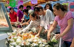 Nhộn nhịp mua bán ở các siêu thị ngày đầu năm