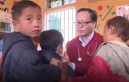 Khám bệnh cho học sinh có biểu hiện lạ tại Bắc Kạn