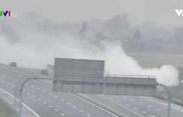 Nguy cơ tai nạn do khói đốt rơm rạ trên đường cao tốc