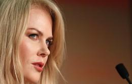 Thiên nga nước Úc lý giải chuyện hôn bạn diễn trước mặt chồng là do… thói quen