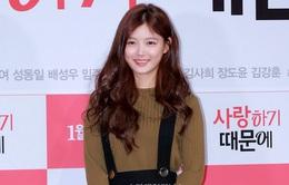 Kim Yoo Jung tươi tắn trở lại sau khi nhập viện