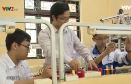 Học sinh lớp 12 chế tạo xe lăn điều khiển bằng cử chỉ của đầu cho người khuyết tật