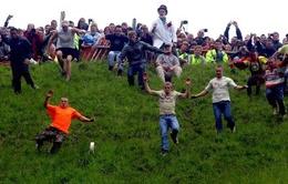 Độc đáo lễ hội lăn theo phô mai ở Anh