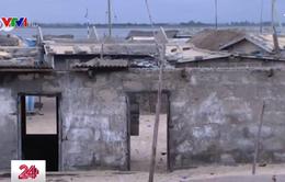 """Những ngôi làng tại Ghana bị biển """"nuốt chửng"""""""