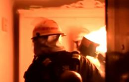 Trung Quốc: Lính cứu hỏa ôm bình gas đang cháy lao khỏi tòa nhà