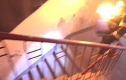 Lính cứu hỏa ôm bình gas bốc cháy cứu người