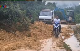Hà Tĩnh: Lở đất lấp kín đường lên miền Thượng Hương Khê