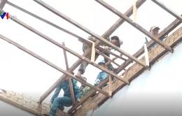Bộ đội giúp dân khắc phục hậu quả lốc xoáy