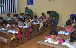 Lớp học xóa mù chữ cho trẻ em Việt kiều Campuchia của chiến sĩ biên phòng