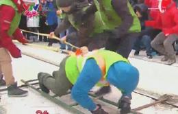 Phụ nữ người Nga lập kỷ lục một mình kéo xe 18 tấn