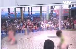 Mặc bikini, múa phản cảm trước trẻ em ở Công viên nước Đầm Sen