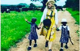 Những hình ảnh đầu tiên của con nuôi Madonna đã được hé lộ