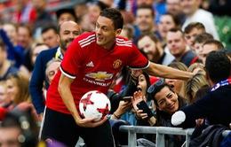 Matic đá bóng trúng mặt nữ CĐV trong trận ra mắt Man Utd