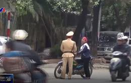 Người dân ngoại thành vẫn chưa tự giác đội mũ bảo hiểm