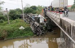 Quảng Ninh: Xe ô tô tải kéo theo rơ-moóc bị lật, lái xe thoát nạn