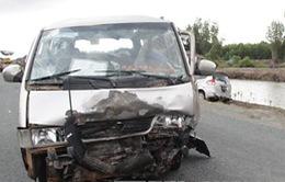 Cà Mau: 2 ô tô đấu đầu, 12 người thương vong