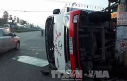 Bình Dương: Xe khách tông mạnh xe container, 10 người bị thương