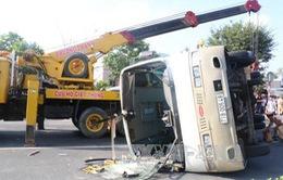 Bến Tre: Xe bus lật đè xe máy, 2 người chết, 5 người bị thương