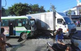 Va chạm giữa xe tải và xe bus, 4 người bị thương
