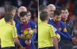 Messi dùng tay minh họa bàn thắng hợp lệ của Barcelona