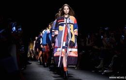 Tuần lễ thời trang Milan Thu Đông 2017: Những thiết kế rực rỡ sắc màu cho ngày lạnh thêm ấm áp
