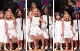 """Video bé gái 4 tuổi hát trong lễ tốt nghiệp mẫu giáo gây """"sốt"""" tại Mỹ"""