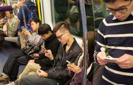 Sử dụng điện thoại gây căng thẳng cho cột sống