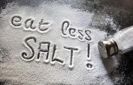 Ăn bớt muối để giảm chứng tiểu đêm