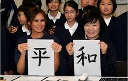 Đệ nhất phu nhân Mỹ viết thư pháp tại Nhật Bản