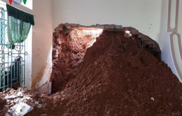 Nghệ An: Sạt lở núi, 4 hộ dân suýt bị vùi lấp