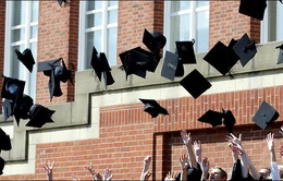 Trường đại học tại Anh cấm sinh viên ném mũ cử nhân lên trời