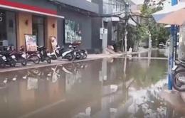 Nhiều khu vực ngập nước kéo dài bất thường tại TP.HCM