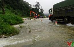 Quốc lộ 6 ngập sâu trong biển nước, gây ách tắc cục bộ