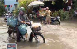 TP.HCM: Nước ngập nhiều nơi, giao thông khó khăn
