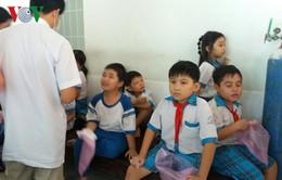 Kiểm tra mẫu thức ăn khiến hơn 100 học sinh bán trú bị ngộ độc thực phẩm