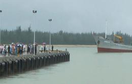 Đưa 33 ngư dân bị nạn và 2 ngư dân tử nạn về đất liền