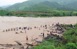 Điện Biên: Người dân bất chấp nguy hiểm vớt củi giữa dòng nước lũ