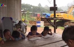 Người dân sống tạm bợ sau mưa lũ