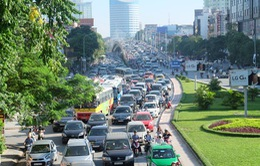 Xén bớt cỏ, mở rộng lòng đường Nguyễn Chí Thanh để chống tắc đường