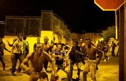 Khoảng 200 người di cư bất hợp pháp tràn vào Tây Ban Nha