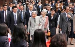 Nhật Hoàng nắm tay, trò chuyện với cựu du học sinh Việt Nam