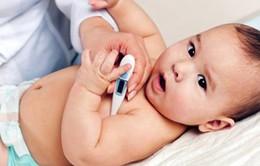 Nguy hiểm khôn lường khi tự ý cho trẻ uống thuốc hạ sốt