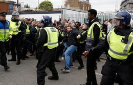 """CĐV Tottenham, Arsenal dùng ghế """"tặng"""" nhau ngay trước thềm derby"""