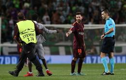Messi được fan cuồng hôn chân ngay trên sân