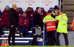 """Fan cuồng bất ngờ lao vào sân đòi """"xử"""" Pep Guardiola"""