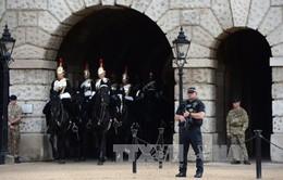 Cảnh sát khám xét một căn nhà gần London sau vụ nổ bom tàu điện ngầm